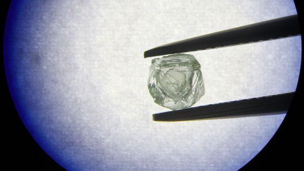 El diamante matrioshka extraído por la compañía rusa Alrosa - Sputnik Mundo