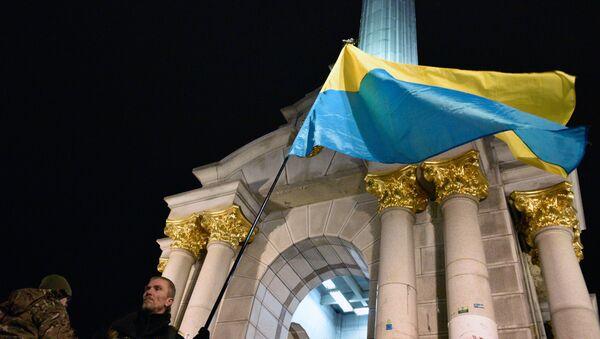 Una bandera de Ucrania en la plaza de Maidán en Kiev (archivo) - Sputnik Mundo