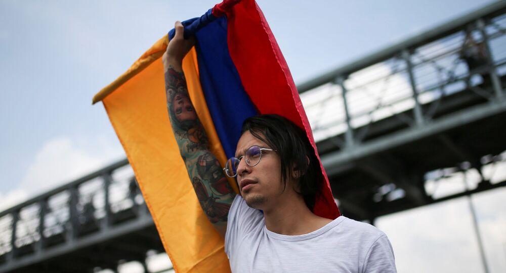 Joven con bandera colombiana en la marcha del 21N en Bogotá, Colombia