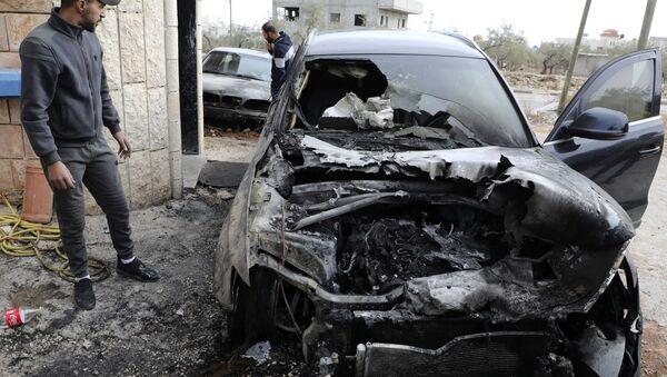 Un coche quemado en Cisjordania - Sputnik Mundo