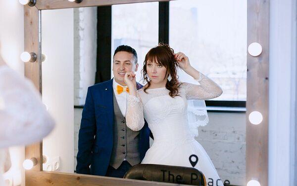 Nelson Rodríguez con su esposa - Sputnik Mundo