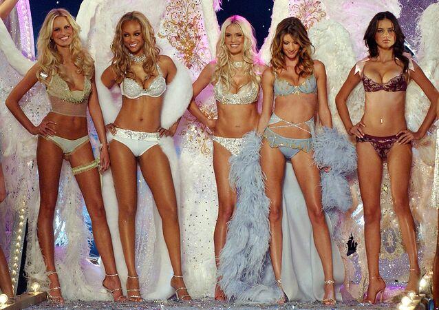Las modelos Karolina Kurkova, Tyra Banks, Heidi Klum, Gisele Bundchen Adriana Lima en el desfile de Victorias's Secrets de 2003