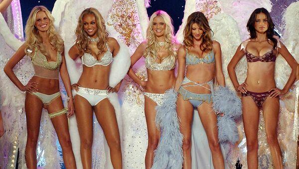 Las modelos Karolina Kurkova, Tyra Banks, Heidi Klum, Gisele Bundchen Adriana Lima en el desfile de Victorias's Secrets de 2003 - Sputnik Mundo