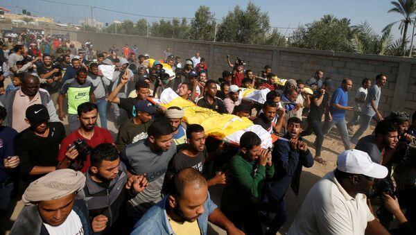 Funeral de los muertos de la familia Sawarka (Abu Malhous), fallecidos  los misiles israelíes - Sputnik Mundo