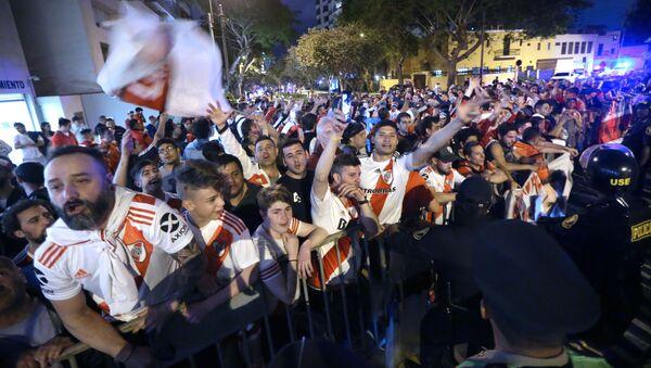 Hinchas de River Plate reunidos para recibir los jugadores del equipo en Lima - Sputnik Mundo