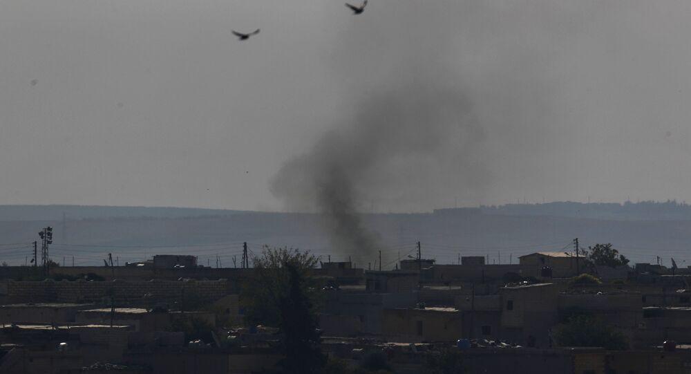 Humo en la ciudad siria de Tel Abiad (Archivo)