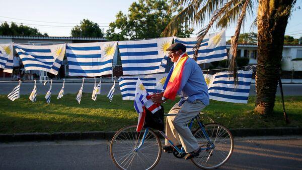Banderas de Uruguay y del partido Frente Amplio - Sputnik Mundo