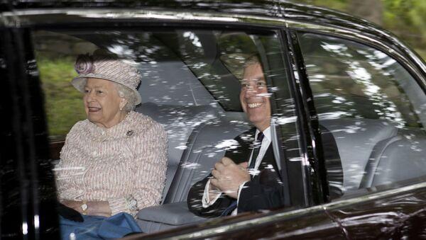 La reina de Inglaterra, Isabel II,  y su hijo el príncipe Andrés, duque de York - Sputnik Mundo