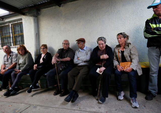 Los uruguayos esperan para votar en las elecciones presidenciales