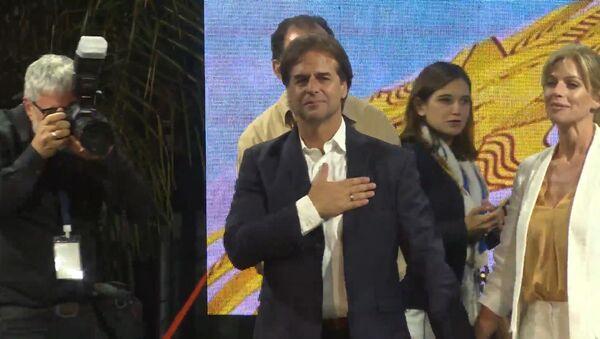 Los partidarios de Lacalle Pou celebran su victoria preliminar en Uruguay - Sputnik Mundo
