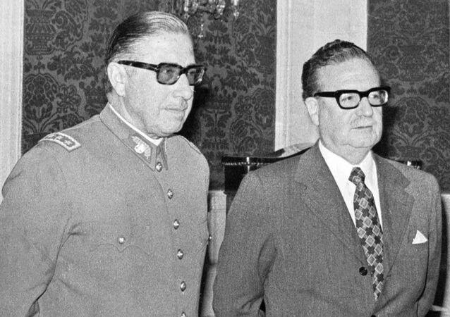 Augusto Pinochet (izq.) y el entonces presidente Salvador Allende