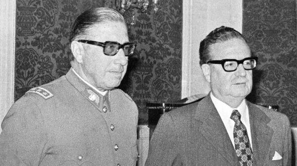 Augusto Pinochet (izq.) y el entonces presidente Salvador Allende - Sputnik Mundo