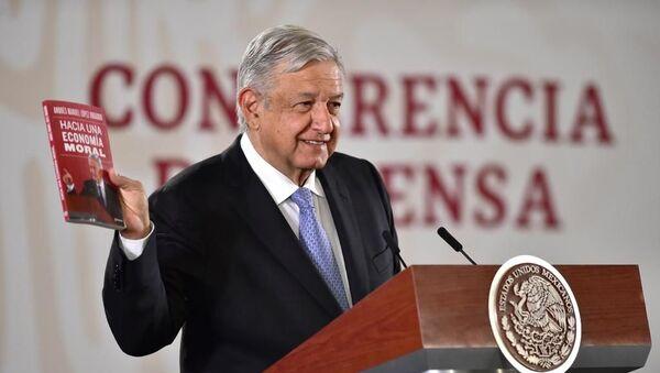 Andrés Manuel López Obrador presentando su último libro, 'Hacia una economía moral' (noviembre, 2019) - Sputnik Mundo