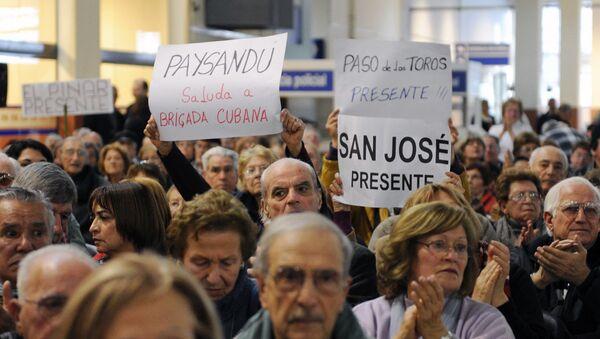 Uruguayos apoyan permanencia de los médicos cubanos  - Sputnik Mundo