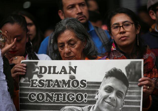 Manifestantes con retrato de Dilan Cruz