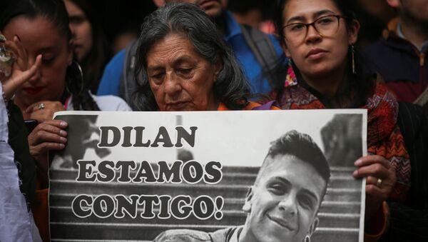 Manifestantes con retrato de Dilan Cruz - Sputnik Mundo