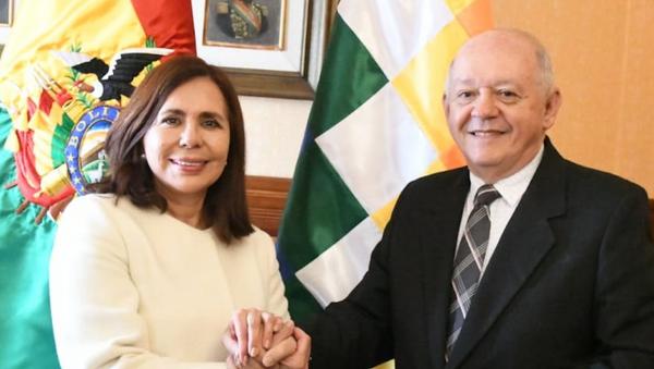 La canciller del gobierno de 'facto', Karen Longaric, con el nuevo embajador de Bolivia en EEUU, Walter Oscar Serrate Cuéllar - Sputnik Mundo