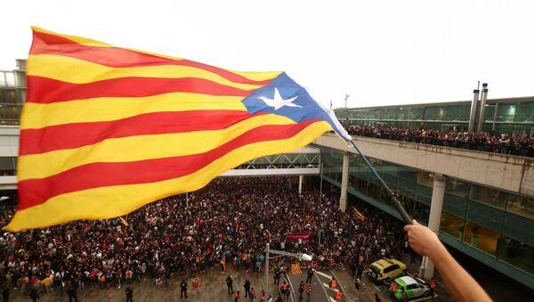 Un manifestante ondea la Estelada, la bandera independentista catalana, en Barcelona - Sputnik Mundo