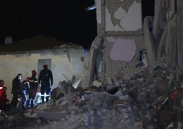 Así pasaron la noche los sobrevivientes del sismo en Albania