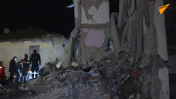 Así pasaron la noche los sobrevivientes del sismo en Albania - Sputnik Mundo