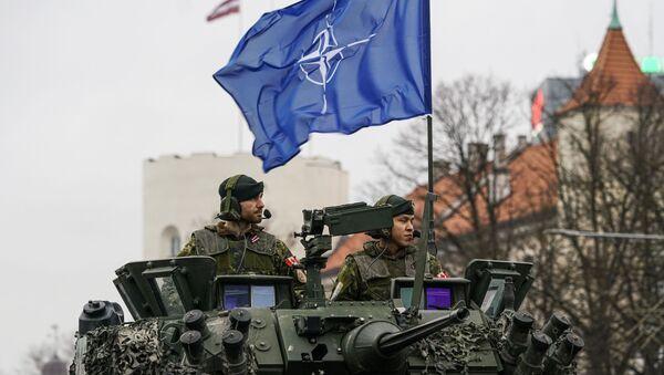 Militares con la bandera de la OTAN - Sputnik Mundo