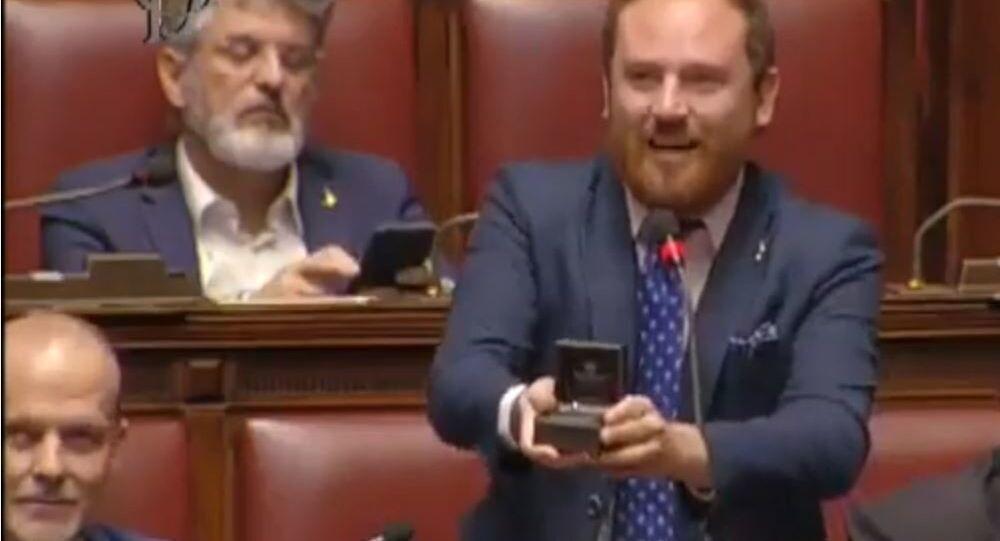El diputado Flavió di Muro hizo una propuesta de matrimonio en la sede de la Cámara Baja del Parlamento italiano