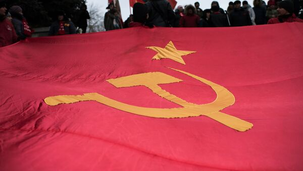 Bandera de la URSS en una marcha dedicada al aniversario de la Revolución de Octubre (2016) - Sputnik Mundo