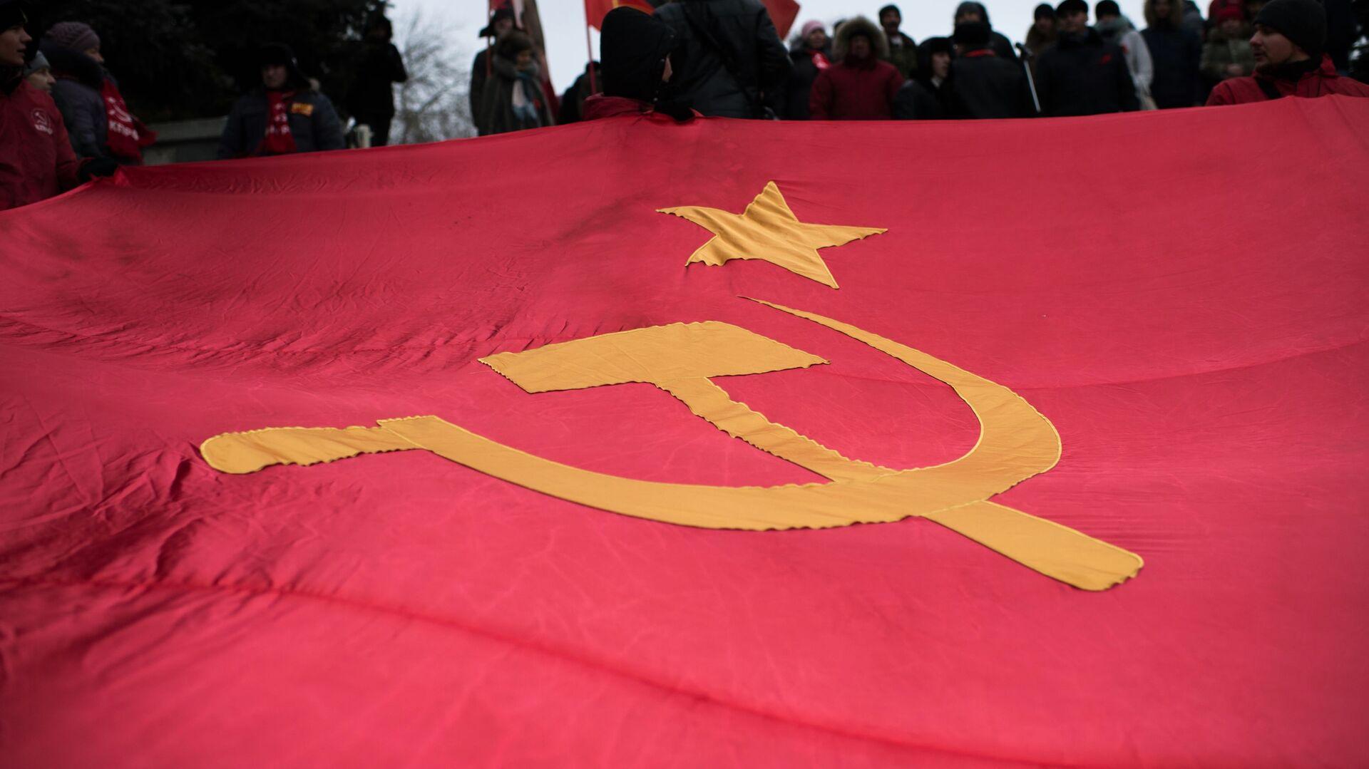 Bandera de la URSS en una marcha dedicada al aniversario de la Revolución de Octubre (2016) - Sputnik Mundo, 1920, 18.08.2021