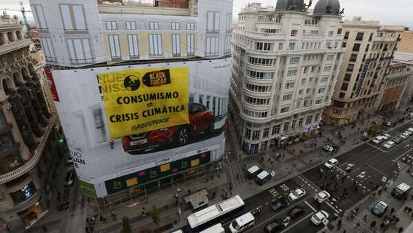 Protesta de Greenpeace en Black Friday en Madrid, España - Sputnik Mundo