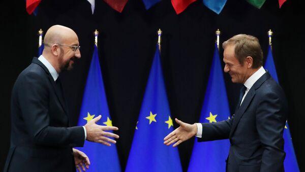 El presidente del Consejo Europeo, Donald Tusk (drcha), y su sucesor, Charles Michel (izqda) - Sputnik Mundo