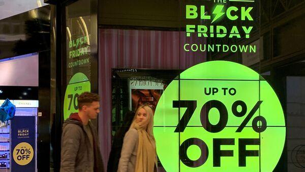 «Черная пятница» в парфюмерном магазине в Манчестере, Великобритания - Sputnik Mundo
