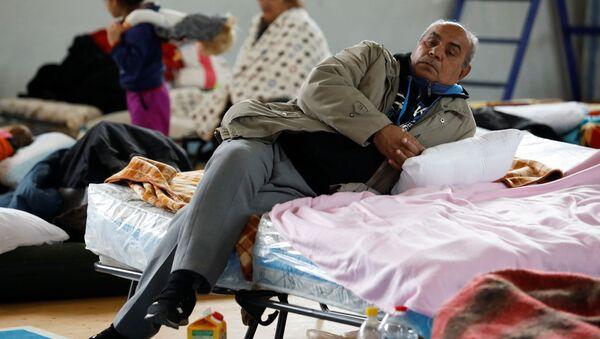 Albaneses en un centro de recogida después del terremoto - Sputnik Mundo