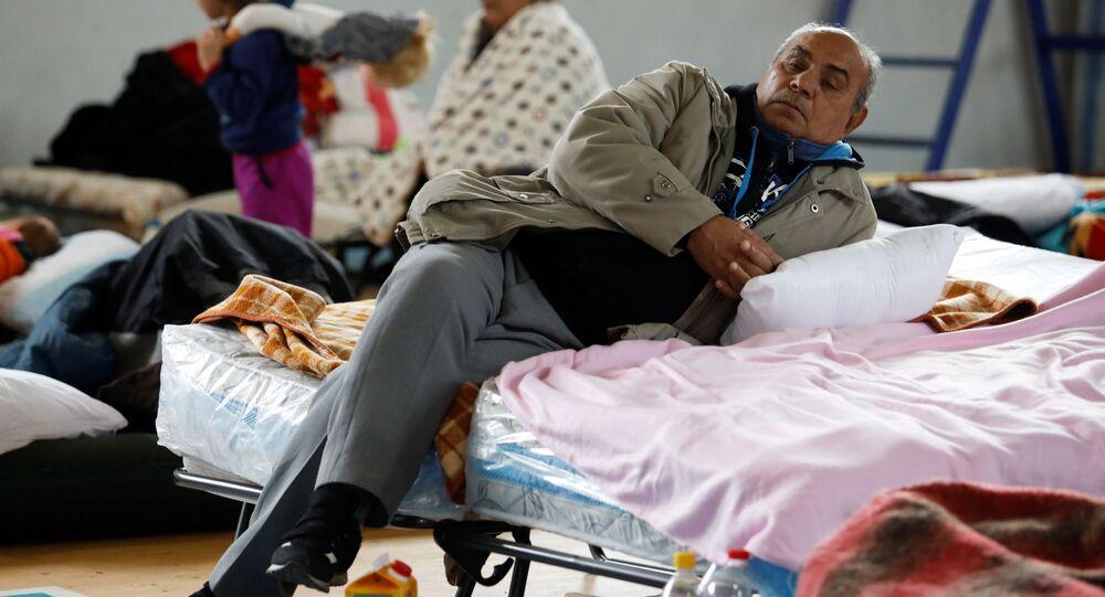 Albaneses en un centro de recogida después del terremoto