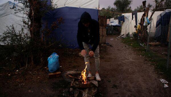Un refugiado en la isla griega de Lesbos - Sputnik Mundo