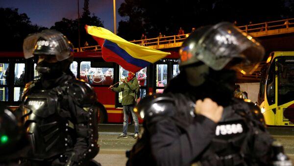 Policías colombianos custodian una calle de Bogotá frente a manifestantes - Sputnik Mundo