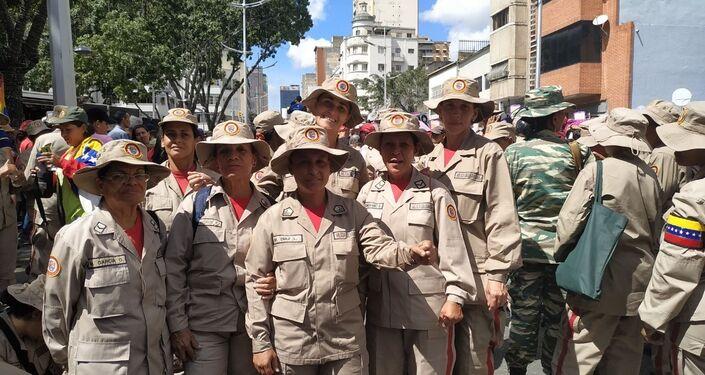 Mujeres se manifiestan durante la marcha contra la violencia de género en Caracas