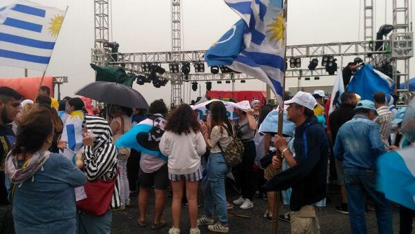 Simpatizantes del opositor Partido Nacional de Uruguay esperando por acto de festejo del presente electo Luis Lacalle Pou en la rambla de Montevideo, que finalmente se suspendió por mal tiempo - Sputnik Mundo