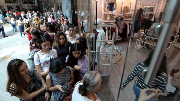 Un centro comercial en Caracas durante 'Black Friday' - Sputnik Mundo