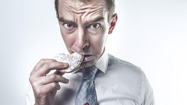 Un hombre comiendo - Sputnik Mundo
