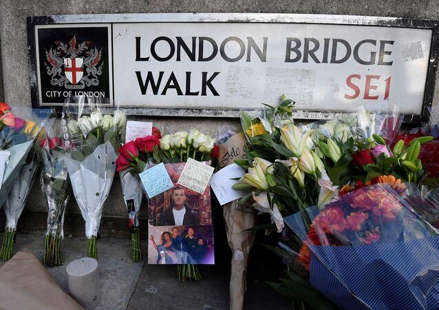 Las flores en homenaje a las víctimas del ataque en el Puente de Londres