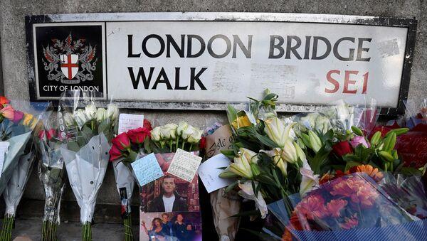 Las flores en homenaje a las víctimas del ataque en el Puente de Londres - Sputnik Mundo