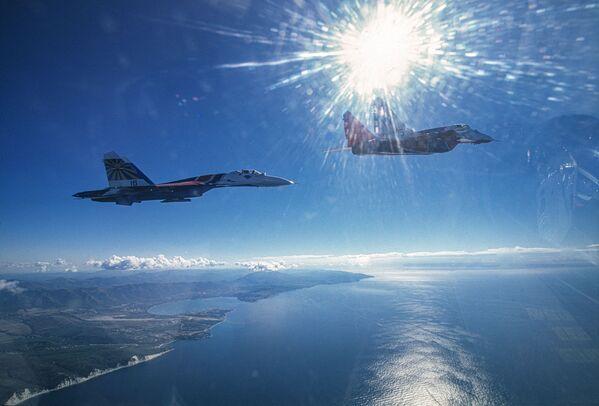 Пара МиГ-29 и Су-27 пилотажных групп Стрижи и Русские витязи над черным морем - Sputnik Mundo