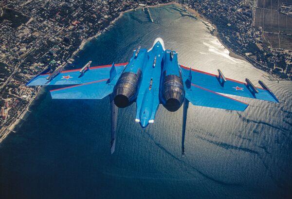 Российский многоцелевой всепогодный сверхзвуковой тяжелый истребитель Су-27 пилотажной группы Русские витязи - Sputnik Mundo