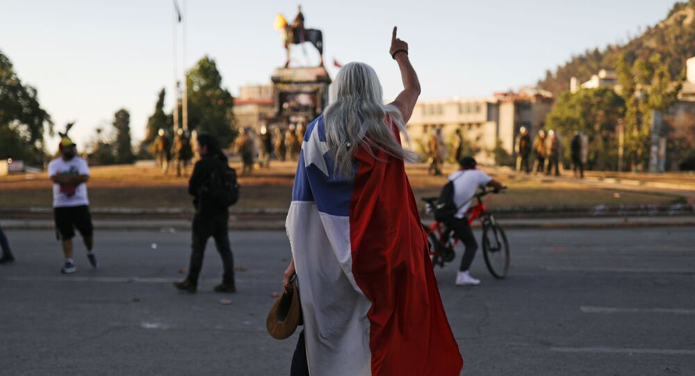 Un manifestante con la bandera de Chile durante las protestas