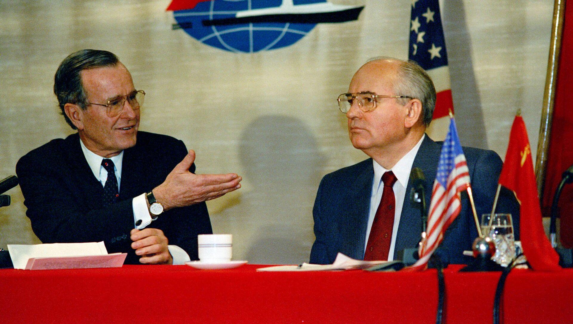 El presidente de EEUU, George Bush, y el líder soviético, Mijaíl Gorbachov, en la Cumbre de Malta - Sputnik Mundo, 1920, 03.12.2019