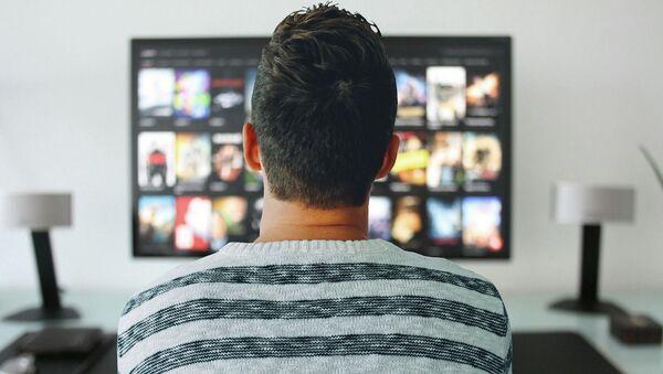 Un hombre viendo la tele (imagen referencial) - Sputnik Mundo