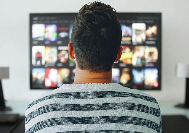 Un hombre viendo la tele (imagen referencial)