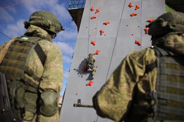 Los efectivos del 108 regimiento de tropas aerotransportadas se entrenan en el polígono Raevski a las afueras de Novorossíisk - Sputnik Mundo