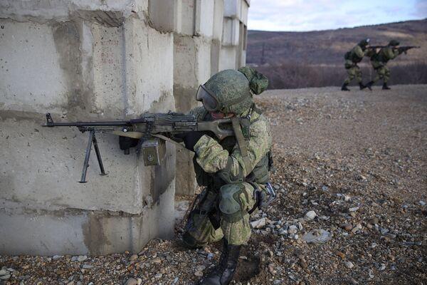 Los efectivos del 108 regimiento de tropas aerotransportadas se entrenan en el polígono Raevski a las afueras de Novorossiisk. - Sputnik Mundo