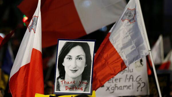 La imagen de la periodista Daphne Caruana Galizia con las bandera de Malta - Sputnik Mundo